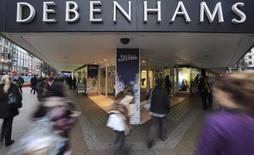 Debenhams, la deuxième chaîne britannique de grands magasins par le chiffre d'affaires, fait état de ventes décevantes pendant la période de Noël, qui l'obligeront à réduire ses prix et impacteront ses bénéfices. Le titre plonge de 10,4% à 74,50 pence à la Bourse de Londres vers 10h45 GMT. /Photo d'archives/REUTERS/Ki Price