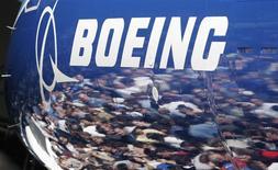 Boeing à suivre sur les marchés américains. Le constructeur aéronautique américain a décroché un contrat d'une valeur de 750 millions de dollars pour des services liés à la flotte de bombardiers B-1 de l'US Air Force. /Photo d'archives/REUTERS/Robert Sorbo