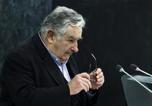 El presidente uruguayo José Mujica en la Asamblea General de Naciones Unidas en Nueva York, sep 24, 2013. El puerto de aguas profundas que prevé construir Uruguay sobre el Océano Atlántico, con una inversión inicial de 500 millones de dólares, será financiado por un fondo de la unión aduanera Mercosur, dijo el presidente uruguayo José Mujica, en declaraciones difundidas el martes por el diario La República. REUTERS/Eduardo Muñoz