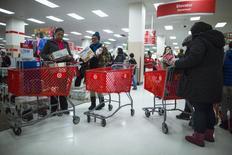 La confiance du consommateur américain s'est nettement améliorée en décembre, grâce à un regain d'optimisme quant aux perspectives du marché de l'emploi. /Photo prise le 29 décembre 2013/REUTERS/Eric Thayer