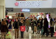Compradores caminan dentro de la Galería Glendale en Glendale, California durante el Black Friday. 29 de noviembre, 2013. El ánimo de los consumidores en Estados Unidos mejoró al cierre del 2013, debido a que los compradores se volvieron más optimistas sobre las perspectivas del mercado laboral, mientras que los precios de las casas subieron de nuevo en octubre, aunque el ritmo de avance se desaceleró. REUTERS/Jonathan Alcorn (ESTADOS UNIDOS - NEGOCIOS)