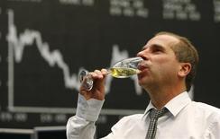 Un operador bebe champagne después del último día de operaciones de la Bolsa de Valores de Fráncfort en Fráncfort. 30 de diciembre, 2013. Wall Street se encaminaba a cerrar el 2013 con niveles récord y los mercados bursátiles mundiales en cerca de máximos de seis años el martes, mientras los rendimientos de los bonos del Tesoro estadounidenses marchaban rumbo a su mayor incremento anual desde el 2009, anticipando un crecimiento global más sólido el año próximo. REUTERS/Ralph Orlowski (ALEMANIA - NEGOCIOS)