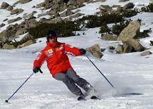 Heptacampeão mundial de Fórmula 1 Michael Schumacher esquia no norte da Itália, 13 de janeiro de 2005. Michael Schumacher estava em condição estável nesta quarta-feira, três dias depois de sofrer lesões cerebrais em um acidente de esqui, disse sua agente Sabine Kehm, falando do lado de fora do hospital onde ele está sendo tratado na França. REUTERS/Pool/Ercole Colombo