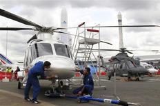 Hélicoptère AW169 d'AgustaWestland au salon du Bourget. L'Inde a annulé l'achat de 12 hélicoptères AW101 à la société AgustaWestland, filiale du groupe italien de défense Finmeccanica, en raison de soupçons de corruption dans le cadre de ce contrat de 560 millions d'euros, selon un responsable du ministère indien de la Défense à Reuters. /Photo prise le 15 juin 2013/REUTERS/Pascal Rossignol