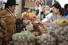Perú cerró el 2013 con una inflación acumulada de 2,86 por ciento, superior al año anterior y cerca al techo del rango meta oficial, debido a un mayor avance de los precios de la energía, servicios de salud y transporte, dijo el miércoles el Gobierno. Lima, 12 de septiembre de 2013. REUTERS/Enrique Castro-Mendivil