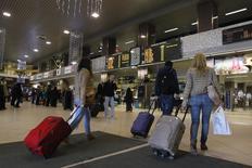Romenos carregam as bagagens para voo com destino ao aeroporto de Heathrow, na Grã-Bretanha, no aeroporto internacional de Otopeni, perto de Bucareste, 1º de janeiro de 2014. A União Europeia tentava acalmar temores em países como Grã-Bretanha, França e Alemanha de que eles possam receber um fluxo massivo de romenos e búlgaros após a suspensão de restrições nesta quarta-feira, uma mudança que pode dar força ao sentimento de oposição a imigrantes na Europa. REUTERS/Bogdan Cristel