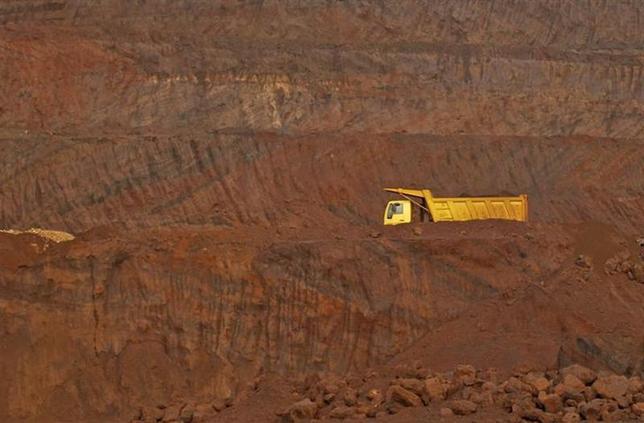 A truck passes through an open pit of the Bedara Bhommanahalli (BBH) iron ore mines at Chitradurga in Karnataka November 9, 2012. REUTERS/Danish Siddiqui/Files
