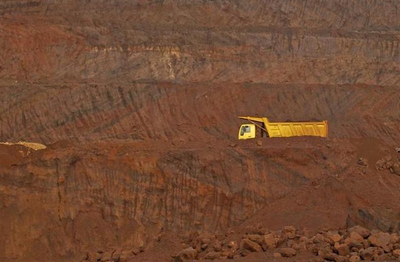 A truck passes through an open pit of the Bedara Bhommanahalli (BBH) iron ore mines at Chitradurga in Karnataka November 9, 2012. REUTERS/Danish Siddiqui/Files