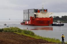 El consorcio encargado de la ampliación del Canal de Panamá, liderado por la constructora española Sacyr, avisó a las autoridades panameñas de que podría suspender las obras ante la falta de un acuerdo para destrabar un proyecto para el que se proyectan costos extraordinarios de 1.600 millones de dólares. 20 de agosto de 2013. REUTERS/ Carlos Jasso