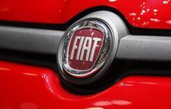 Logo da Fiat em carro exibido durante o primeiro dia aberto à imprensa do Auto Show de Genebra, no Palexpo, Suiça, 5 de março de 2013. As ações da Fiat chegaram a subir 16 por cento no início das negociações nesta quinta-feira depois que a montadora italiana fechou um acordo de 4,35 bilhões de dólares para deter o controle total da Chrysler Group LLC. 05/03/2013 REUTERS/Denis Balibouse