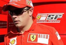 Piloto finlandês de Fórmula 1, Kimi Raikkonen, antes da segunda sessão de treinos para o Grande Prêmio da Itália de 2008, no circuito de Monza, próximo a Milão. Raikkonen e o presidente da Ferrari, Luca di Montezemolo, não são fãs dos simuladores, mas o piloto finlandês deve ter que passar bastante tempo numa dessas máquinas, agora que está de volta à equipe italiana. 12/09/2008. REUTERS/Max Rossi