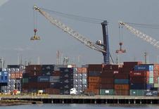 L'excédent commercial du Brésil a fondu de 87% en 2013, à 2,561 milliards de dollars (1,9 milliard d'euros environ), reflétant la baisse des prix des matières premières, la hausse des importations d'énergie et une moindre compétitivité des produits industriels brésilien. Ce chiffre est le plus faible enregistré depuis 2000 et il se compare à un excédent de 19,396 milliards en 2012. /Photo prise le 22 février 2013/REUTERS/Paulo Whitaker