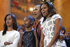 Une famille de la région de Chicago a eu la surprise de recevoir cette semaine un album photo envoyé pour Noël par Barack et Michelle Obama à la marraine de leurs filles Malia (à gauche) et Sasha. /Photo prise le 15 décembre 2013/REUTERS/Jonathan Ernst