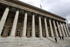 La Bourse de Paris reprenait sa marche en avant vendredi en début d'après-midi, après une première séance annuelle marquée par des prises de bénéfices. A 13h30, l'indice CAC 40 prenait 0,56% au lendemain d'un repli de 1,6%, dans des volumes restant limités. /Photo d'archives/REUTERS/Charles Platiau