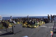 Migrantes sentam em um navio durante operação de resgate realizada Marinha italiana em frente à costa sul da Sicília. A Marinha italiana resgatou mais de 1.000 migrantes em 24 horas de barcos que tentavam chegar à Europa, disseram autoridades nesta sexta-feira. 2/01/2014. REUTERS/Marina Militare