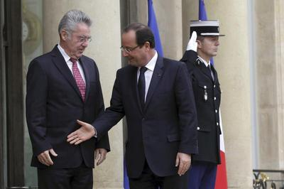 Hollande's missed handshakes