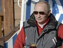 """Presidente russo, Vladimir Putin, durante visita ao centro """"Laura"""" de esqui e biathlon, no resort de Krasnaya Polyana, próximo a Sochi. Putin começou a inspecionar os locais de competição dos Jogos Olímpicos de Inverno em Sochi nesta sexta-feira, cinco semanas antes do início do evento, que tem sido marcado pelas críticas relacionadas aos direitos humanos na Rússia e pelos temores em relação à segurança. 3/01/2014. REUTERS/Alexei Nikolskiy/RIA Novosti/Kremlin"""