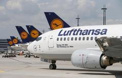 Aviões Boeing 737-300 da companhia Lufthansa fotografados no aeroporto de Frankfurt. Funcionários da Lufthansa no aeroporto Charles de Gaulle, em Paris, estão dispostos a reduzir o período de uma planejada greve de três dias que começou nesta sexta-feira para retomar as negociações sobre os planos da empresa alemã de terceirizar as operações terrestres. 12/07/2013. REUTERS/Ralph Orlowski