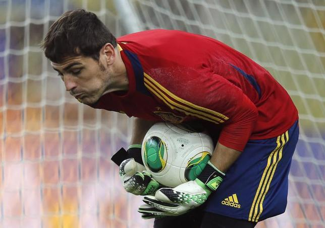 Spain's national soccer team goalkeeper Iker Casillas saves a ball during a training session, ahead of their Confederations Cup soccer match final against Brazil on Sunday, in Rio de Janeiro June 29, 2013. REUTERS/Sergio Moraes