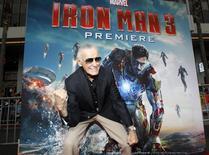 """La película de Walt Disney """"Iron Man 3"""" fue la más taquillera del 2013, con 409 millones de dólares en ventas de entradas en el mercado norteamericano, uno de los cuatro filmes del estudio entre las películas de más convocatoria del año, según la empresa Rentrak. En la foto de archivo, Stan Lee gesticula en el estreno de """"Iron Man 3"""" en Hollywood. Abril 24, 2013. REUTERS/Mario Anzuoni"""