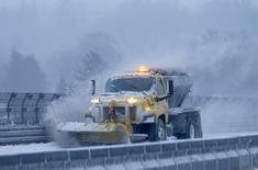 Уборочная машина на Шоссе 87 в Территауне, Нью-Йорк 3 января 2014 года. Мощные снежные бури и холода не оставляют северо-восток США - отменены тысячи авиарейсов, закрыты школы, госучреждения, несколько человек погибли. REUTERS/Mike Segar