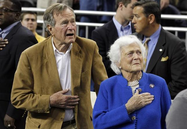 Former U.S. President George H.W. Bush and his wife, former first lady Barbara Bush, stand during the national anthem prior to the University of Connecticut versus Butler University men's final NCAA Final Four college basketball championship game in Houston, Texas, April 4, 2011. REUTERS/Lucy Nicholson