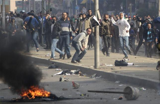 Supporters of Muslim Brotherhood and ousted Egyptian President Mohamed Mursi clash with riot police during clashes at Nasr City district in Cairo, January 3, 2014. REUTERS/ Mohamed Abd El Ghany