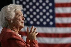 Ex-primeira dama dos EUA Barbara Bush escuta o discurso de seu filho, o ex-presidente George W. Bush, durante evento sobre segurança social em Orlando, na Flórida. Barbara Bush recebeu alta do Hospital Metodista de Houston na manhã deste sábado, após seis dias de tratamento contra pneumonia. 18/03/2005. REUTERS/Jason Reed