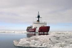 El Polar Star, un rompehielos de la Guardia Costera de Estados Unidos, completa ejercicios en el Artico. 3 de julio, 2013. Estados Unidos enviará a un rompehielos pesado para ayudar a liberar a un barco ruso y a un rompehielos chino atrapados por el hielo antártico, dijo el sábado la Guardia Costera. REUTERS/U.S. Coast Guard/suboficial de tercera clase Rachel French ATENCION EDITORES - ESTA IMAGEN FUE BRINDADA POR UNA TERCERA PARTE. SOLO PARA USO EDITORIAL. NO DISPONIBLE PARA LA VENTA PARA CAMPAÑAS PUBLICITARIAS O DE MARKETING. ESTA IMAGEN ES DISTRIBUIDA EXACTAMENTE COMO FUE RECIBIDA POR REUTERS, COMO UN SERVICIO A SUS CLIENTES.