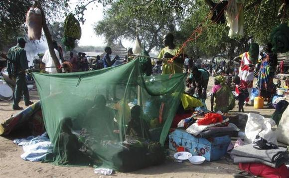 Displaced people gather inside a mosquito net tent as they flee from fighting between the South Sudanese army and rebels in Bor town, 180 km (112 miles) northwest from capital Juba December 30, 2013. REUTERS/Stringer