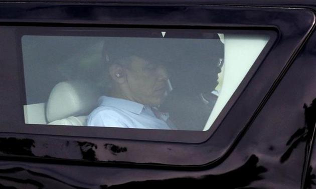 U.S. President Barack Obama and first lady Michelle depart their vacation home in Kailua, Hawaii December 30, 2013. REUTERS/Kevin Lamarque