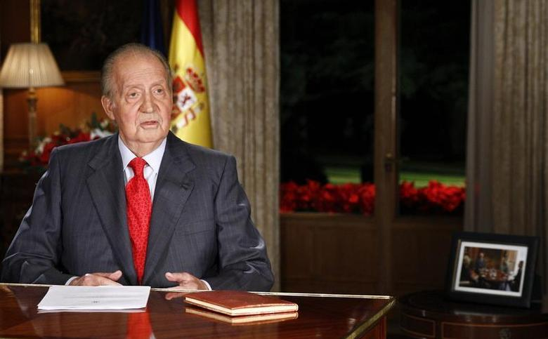 Spanish King Juan Carlos speaks during his traditional Christmas message at Zarzuela Palace in Madrid December 24, 2013. REUTERS/Andres Ballesteros/Pool