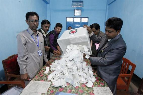 A polling officer pours ballot papers from a box onto a table to count during parliamentary elections in Dhaka January 5, 2014. REUTERS/Andrew Biraj
