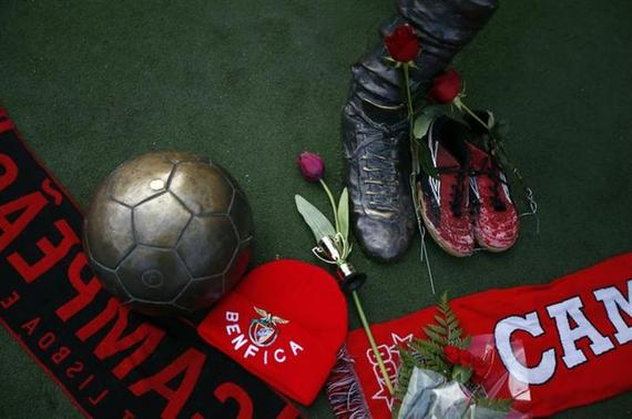 Flowers and Benfica merchandise are seen at the Eusebio monument at Luz stadium in Lisbon January 5, 2014. REUTERS/Rafael Marchante