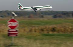 La compagnie aérienne Alitalia a demandé à ses banques de prolonger de 50 millions d'euros une ligne de crédit existante, signe qu'elle se retrouve peut-être déjà à court de liquidités quelques semaines seulement après avoir augmenté son capital, croit savoir le journal Il Messaggero. /Photo prise le 10 décembre 2013/REUTERS/Max Rossi