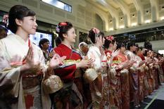 Women, dressed in ceremonial kimonos, clap during the New Year opening ceremony at the Tokyo Stock Exchange (TSE), held to wish for the success of Japan's stock market, in Tokyo January 6, 2014. REUTERS/Toru Hanai
