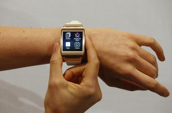 A model presents a Samsung Galaxy Gear smartwatch after its launch at the IFA consumer electronics fair in Berlin, September 4, 2013. REUTERS/Fabrizio Bensch/Files