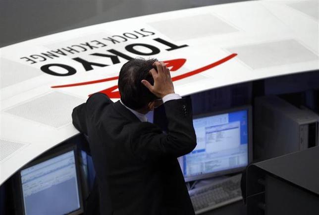 1月2日、アナトール・カレツキー氏は、2014年の金融市場にとってサプライズとなり得る「予期せぬ出来事」5つを予測。日本は再び「自滅」する可能性があると指摘した。写真は東京証券取引所で(2014年 ロイター/Toru Hanai)