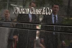 """JP Morgan à suivre à la Bourse de New York. La banque et les autorités fédérales américaines devraient parvenir à un accord, portant sur deux milliards de dollars, visant à mettre un terme aux accusations disant que le groupe a fermé les yeux sur la """"pyramide de Ponzi"""" mise en place par Bernard Madoff, rapporte lundi le New York Times, citant deux sources proches du dossier. /Photo d'archives/REUTERS/Eduardo Munoz JP MORGAN À SUIVRE SUR LES MARCHÉS AMÉRICAINS"""