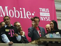John Legere, CEO da T-Mobile, brinca antes de soar a abertura na Bolsa de Valores de Nova York. A T-Mobile US disse que comprará licenças de espectro da Verizon Wireless por cerca de 2,4 bilhões de dólares em dinheiro para melhorar seus serviços sem fio de alta velocidade nos Estados Unidos. 01/05/2013 REUTERS/Brendan McDermid