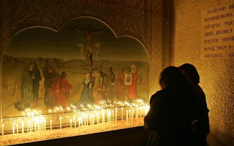 Syrian Armenians light candles during the Christmas Day Mass at Airmen Orthodox church in Damascus, January 6, 2008. REUTERS/Khaled al-Hariri