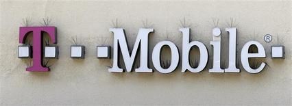 El logo de T-Mobile en una tienda de Beverly Hills, EEUU, ago 31 2011. T-Mobile US Inc informó el lunes que comprará licencias del espectro de radiofrecuencia a Verizon Wireless para mejorar sus servicios inalámbricos de alta velocidad en una operación valuada en unos 3.300 millones de dólares. REUTERS/Danny Moloshok