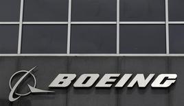 El logo de Boeing en su casa matriz en Chicago, abr 24 2013. Boeing Co registró la cifra récord de 648 aviones entregados en 2013, superando sus propias metas y posiblemente asegurándose su lugar como el mayor fabricante de aviones del mundo por segundo año consecutivo. REUTERS/Jim Young