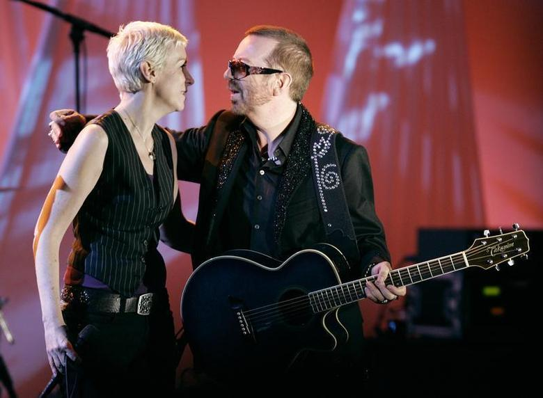 British singer Annie Lennox and Dave Stewart (R), former members of the Eurythmics, embrace after performing at the American Society of Composers, Authors and Publishers (ASCAP) Pop Music Awards in Beverly Hills, California May 22, 2006. REUTERS/Fred Prouser