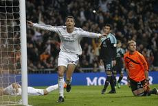 Real Madrid's Cristiano Ronaldo (C) celebrates his goal against Celta Vigo during their Spanish First Division soccer match at Santiago Bernabeu stadium in Madrid January 6, 2014. REUTERS/Andrea Comas