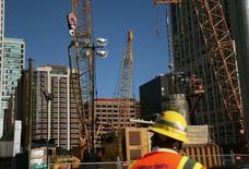 Funcionário em frente a um canteiro de obras em San Francisco, Califórnia. O crescimento da atividade econômica do setor privado dos Estados Unidos desacelerou levemente em dezembro, assim como perdeu fôlego a expansão no de serviços, mostrou a pesquisa Índice de Gerentes de Compras (PMI, na sigla em inglês) divulgada nesta segunda-feira. 05/01/2012 REUTERS/Robert Galbraith