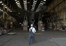 Funcionário da Vigor Industrial anda na direção da base de uma embarcação sendo construída para a Washington State Ferries em um centro da empresa em Seattle, Washington. As novas encomendas de bens industriais nos Estados Unidos se recuperaram em novembro, somando-se aos sinais de forte ímpeto na economia no fim de 2013. 25/11/2013 REUTERS/Jason Redmond