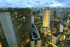Vista aérea do COPAN e de parte de São Paulo. O preço médio do metro quadrado de imóveis prontos em sete capitais brasileiras subiu 12,7 por cento em 2013, abaixo do avanço de 13,7 por cento registrado no ano anterior, mostrou o índice FipeZap divulgado nesta segunda-feira. 23/01/2004 REUTERS/Paulo Whitaker