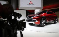 Mitsubishi Motors a revu en légère hausse, à 241,63 milliards de yens (1,7 milliard d'euros), son projet d'augmentation de capital, opération qui s'inscrit dans le cadre d'un plan visant à augmenter d'un tiers en trois ans sa production et son bénéfice. /Photo prise le 20 novembre 2013/REUTERS/Yuya Shino