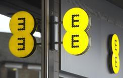 EE, l'opérateur mobile britannique détenu à parts égales par Orange et Deutsche Telekom, a atteint la barre des deux millions de clients à ses offres mobiles de quatrième génération, quatre mois seulement après avoir passé le cap du million. /Photo prise le 20 février 2013/REUTERS/Neil Hall